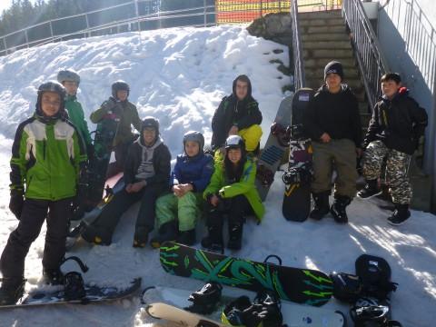 Mi der Stiftung Schneekristalle und der Skischule Michi Gerg beim Snowboarden        Foto: Benjamin Hilbig